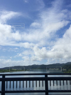 水の体の上の橋の写真・画像素材[1405946]