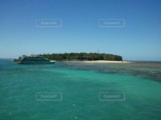 ピーチの真ん中に島の写真・画像素材[1406127]