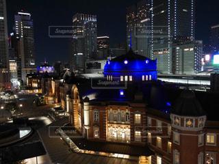 夜のライトアップされた街の写真・画像素材[1406360]