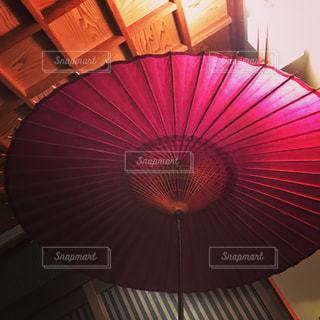 大きな赤い傘の写真・画像素材[1407615]