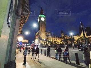 時計塔の横にある道を歩いて人々の写真・画像素材[1409387]