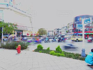 通りを歩きながら小さな赤いポールの写真・画像素材[1409673]