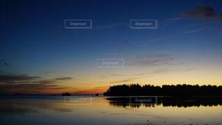 水の体に沈む夕日の写真・画像素材[1409791]