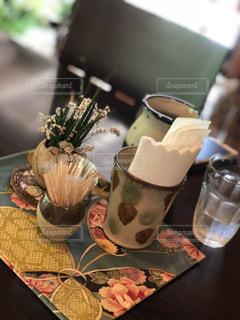テーブルの上のコーヒー カップの写真・画像素材[1411058]