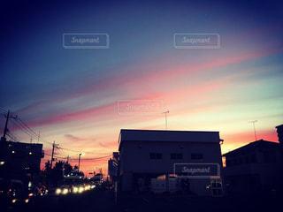 夕暮れ時のピンク雲の写真・画像素材[1410497]