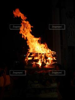 伸びる火の粉の写真・画像素材[1418315]