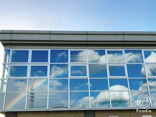 窓ガラスに映る虹の写真・画像素材[1413482]
