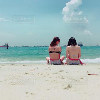 ビーチに座っている人々 のグループの写真・画像素材[1413688]