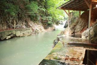 川辺にある温泉の写真・画像素材[1413721]