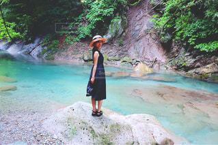 川と彼女の写真・画像素材[1413727]