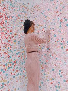 花の壁と女の子の写真・画像素材[1631476]