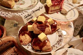 皿の上のケーキの写真・画像素材[1830169]