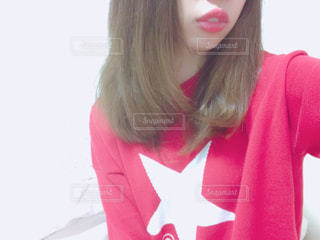 赤いシャツを着ている人の写真・画像素材[1838217]
