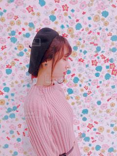 女の子と花の部屋の写真・画像素材[2054521]