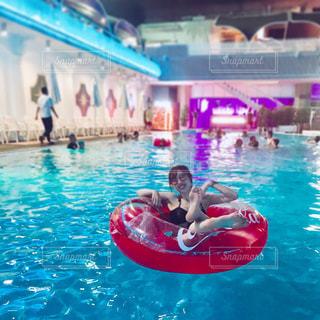水のプールで泳いでいる人の写真・画像素材[2169676]