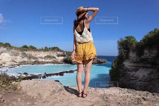 浜辺に立っている人の写真・画像素材[2233856]