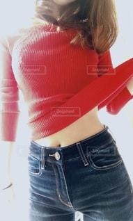 赤いニットを着た女性の写真・画像素材[2790464]