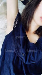 青いシャツを着た女性の写真・画像素材[3300718]