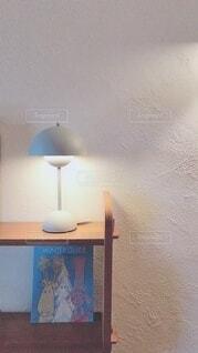 部屋に座っている人の写真・画像素材[4093892]