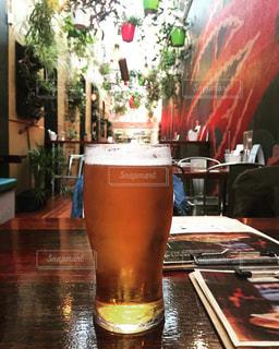 テーブルの上のビールのグラスの写真・画像素材[1412021]