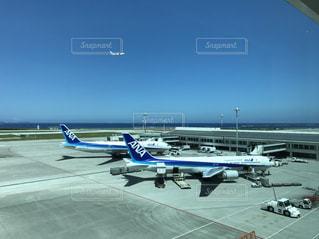 空港で駐機場に止まっている飛行機の写真・画像素材[1412188]
