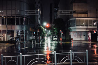 雨の夜に人々 のグループの写真・画像素材[1412331]