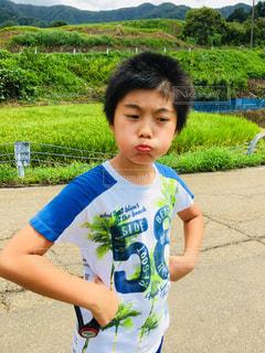 ふくれっ面の少年の写真・画像素材[1416305]