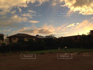 夕日がさす頃、雨上がりの公園での写真・画像素材[1419014]