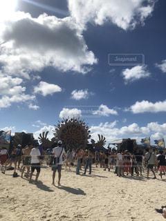 砂浜を歩いている人のグループの写真・画像素材[1416132]