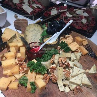 テーブルの上に食べ物の種類でいっぱいのボックスの写真・画像素材[1416842]