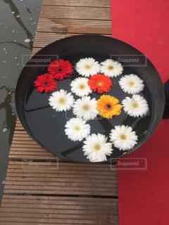 木製テーブルの上に座っているケーキの写真・画像素材[1416851]