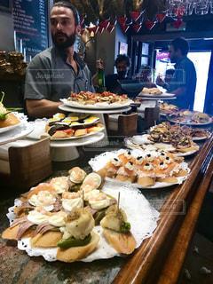 食品のプレートをテーブルに座ってアミール ・ アリソンの写真・画像素材[1416859]