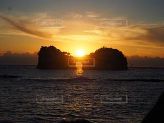 円月島に沈む夕陽の写真・画像素材[3243631]