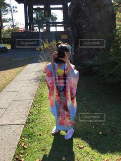 草の中に立っている少女の写真・画像素材[1595425]