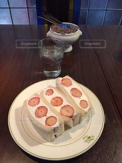 テーブルの上に食べ物のプレートの写真・画像素材[1428227]