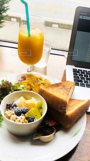 食べ物やビール、テーブルの上のガラスのプレートの写真・画像素材[1564096]