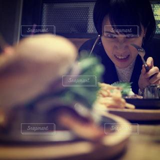 ハンバーガーを狙う女性の写真・画像素材[1423163]