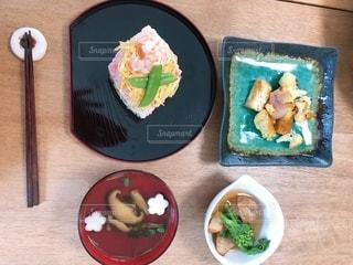 食べ物の皿をテーブルの上に置くの写真・画像素材[3494538]