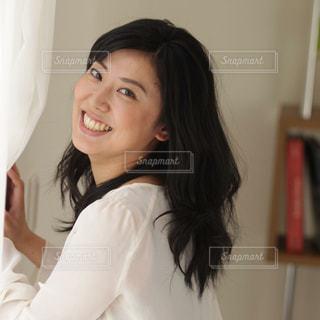 白いシャツを着た女性の写真・画像素材[2291266]