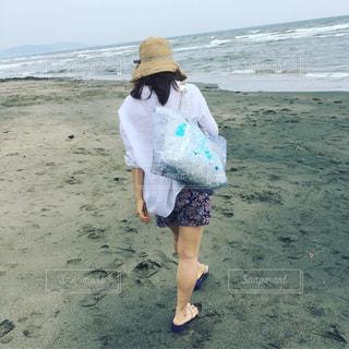 ビーチを散歩する女の子の写真・画像素材[1426441]