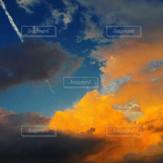 夕焼けと飛行機雲の写真・画像素材[1493562]