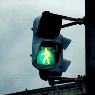 青い信号機の写真・画像素材[1686566]
