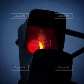 近くに信号機のアップは暗闇の中で点灯の写真・画像素材[1686571]