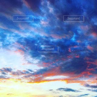 空には雲のグループの写真・画像素材[1691386]