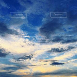 空には雲のグループの写真・画像素材[1691387]