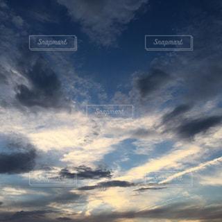 空には雲のグループの写真・画像素材[1691389]