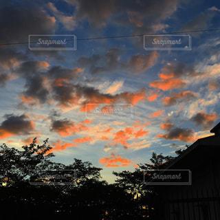 夕焼け空に浮かぶ雲のグループの写真・画像素材[1691401]