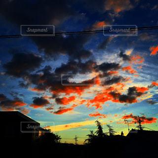 夕焼け空に浮かぶ雲の写真・画像素材[1691402]