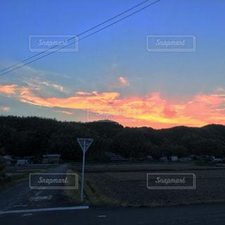 夕暮れ時の田舎の景色の写真・画像素材[1691418]