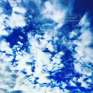 青い空には雲のグループの写真・画像素材[1691421]